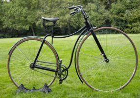 Велосипед на траве