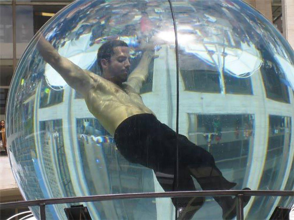 Человек в шаре с жидкостью