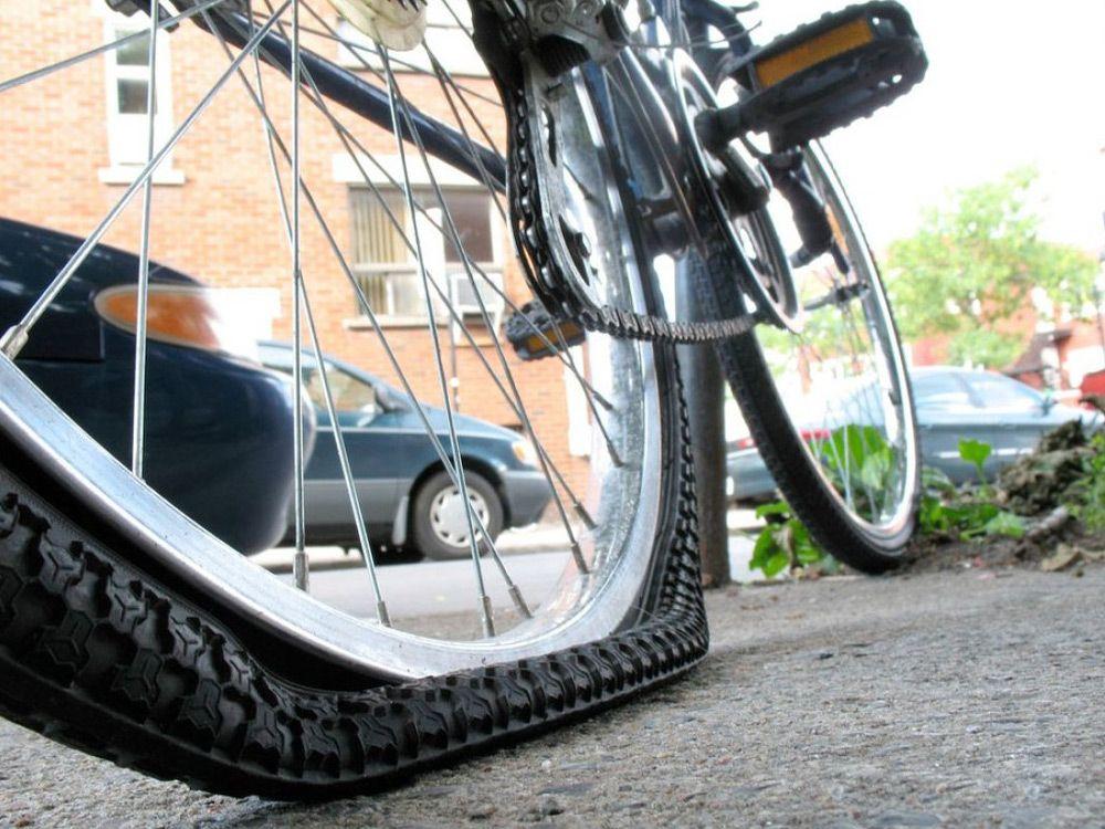 Проколотая камера велосипеда