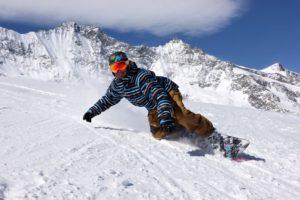 Спуск с горы на сноуборде