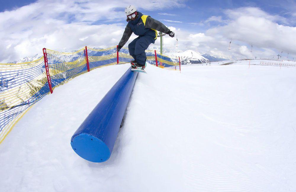 Катание на сноуборде по трубе