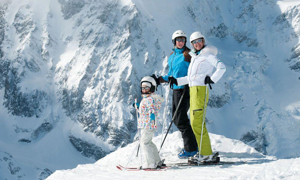 Лыжники в горнолыжных костюмах