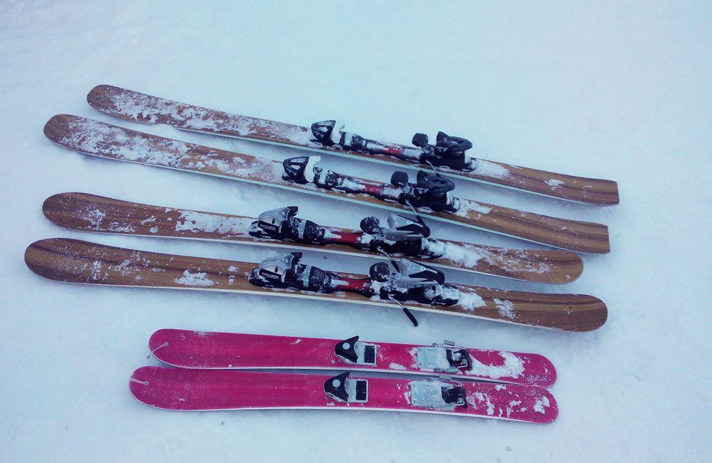 Горные лыжи на снегу