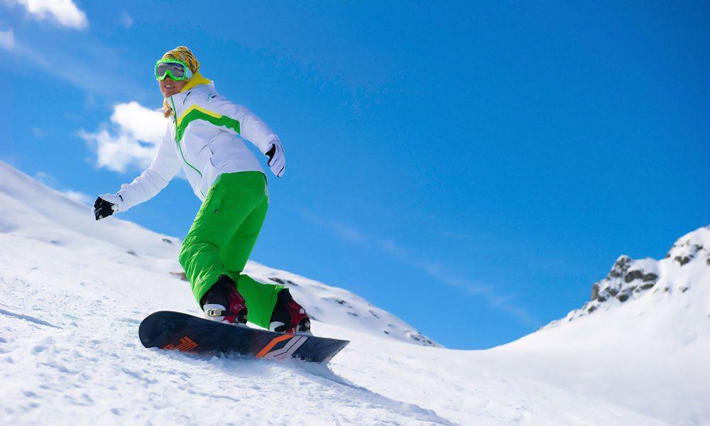 Сноубордист в экипировке