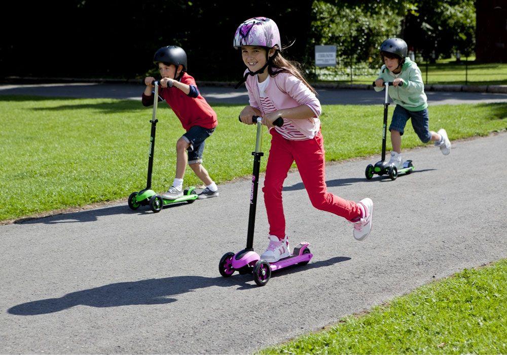 Дети на трёхколёсных самокатах