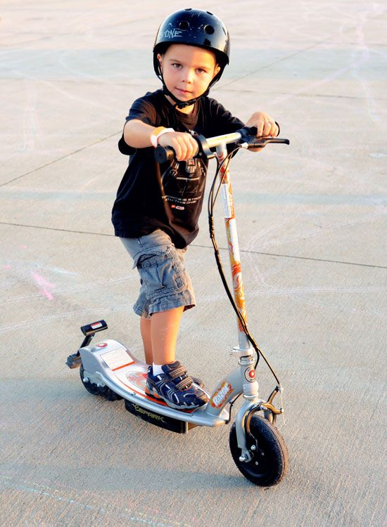 Ребёнок с электросамокатом