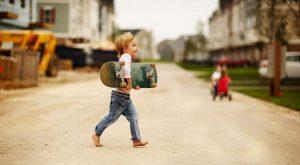 Ребёнок со скейтом