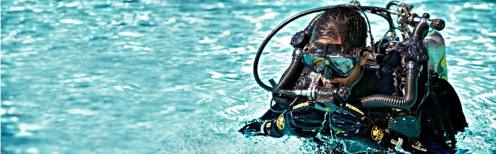 Дайвер на поверхности воды