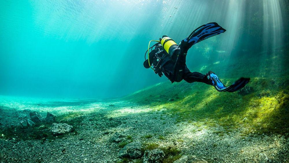 Дайвер плывет под водой