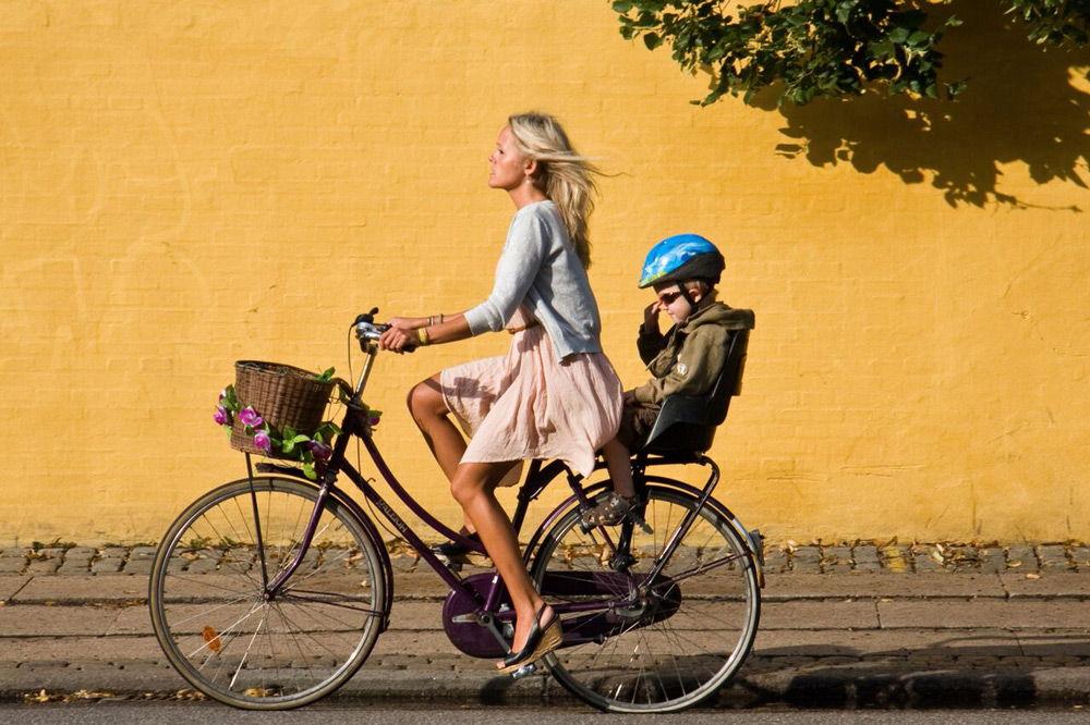 Девушка с ребенком на велосипеде