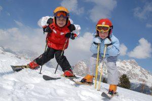 Двое детей на горных лыжах