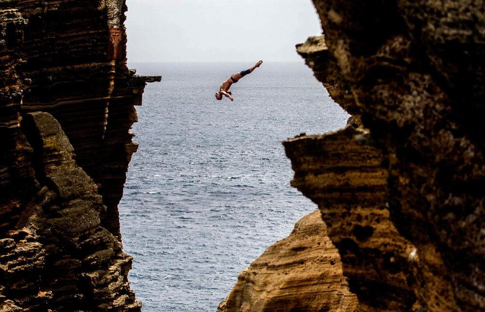 Клифф-дайвер прыгает в воду
