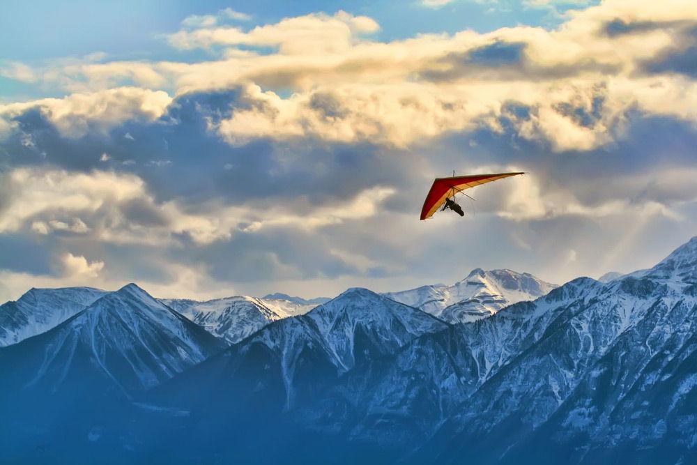 Дельтаплан летит в горах