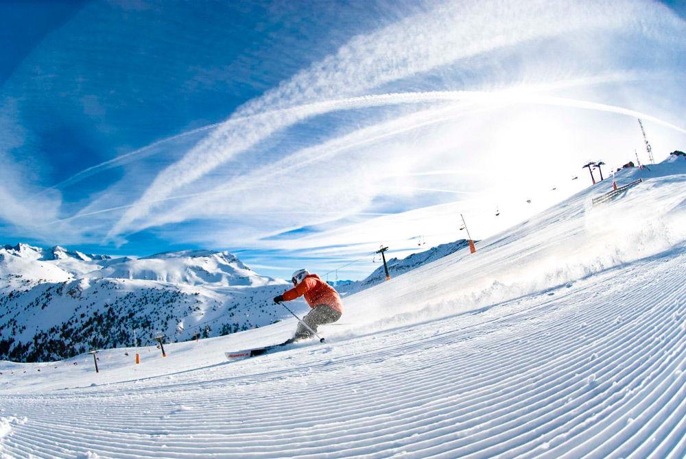 Лыжник спускается со склона