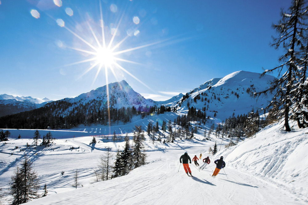 Лыжники спускаются со склона