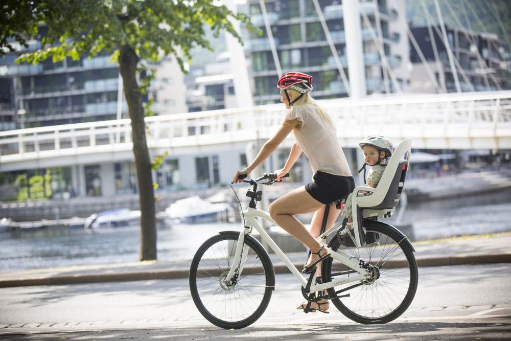 Мать с ребенком на велосипеде