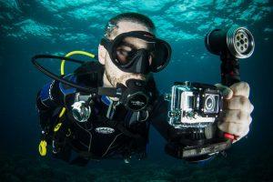 Мужчина с камерой под водой