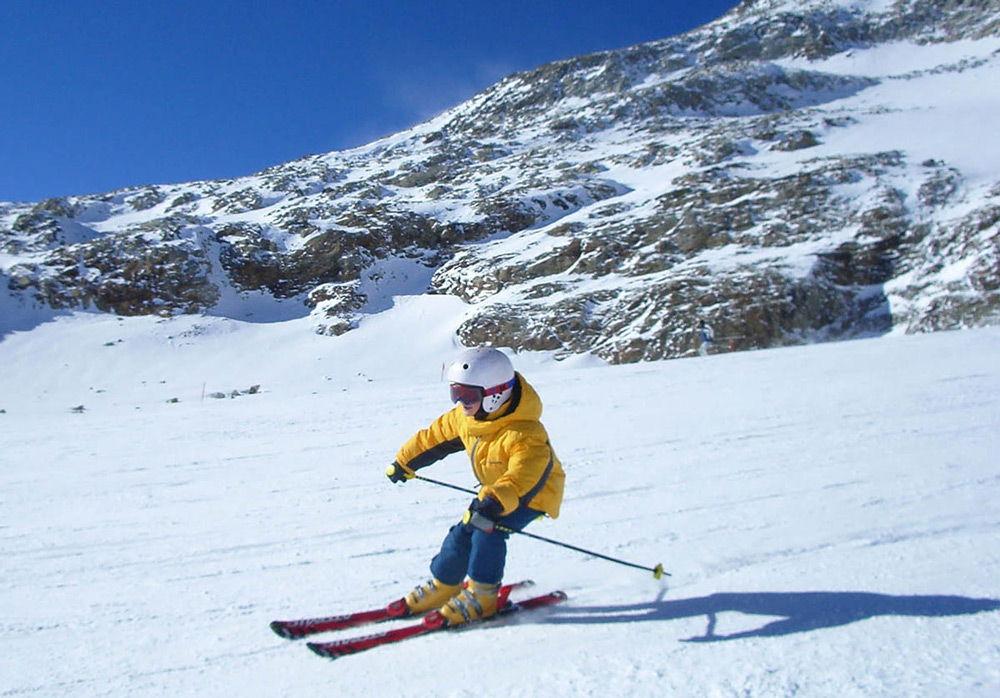Ребенок катается на горных лыжах