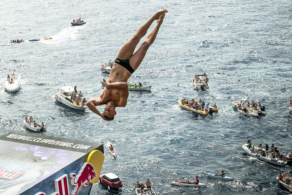 Хай-дайвер прыгает в воду с большой высоты