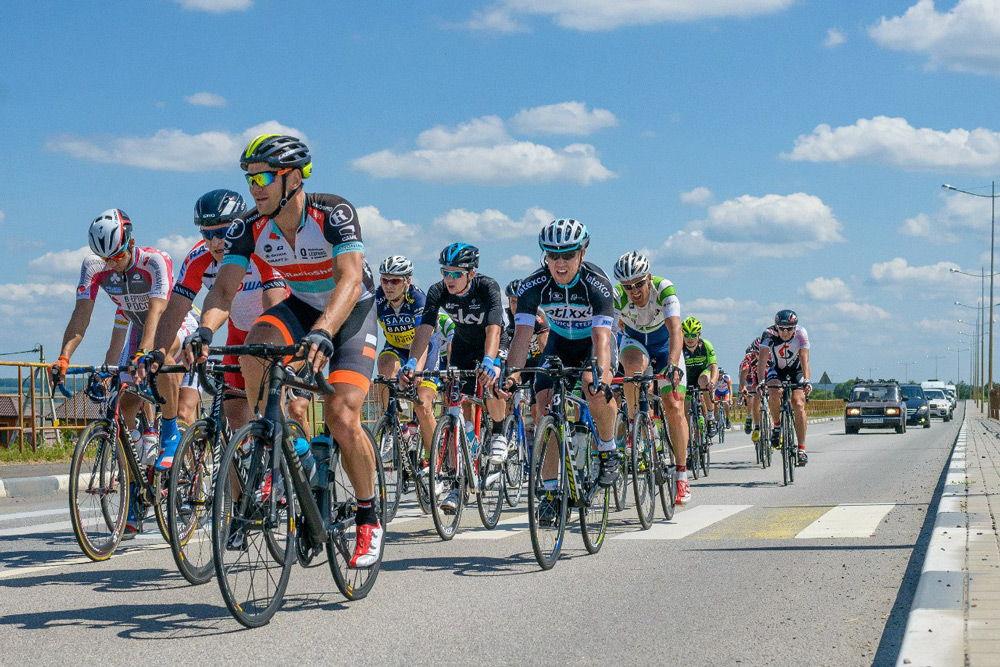 Группа велосипедистов на шоссе