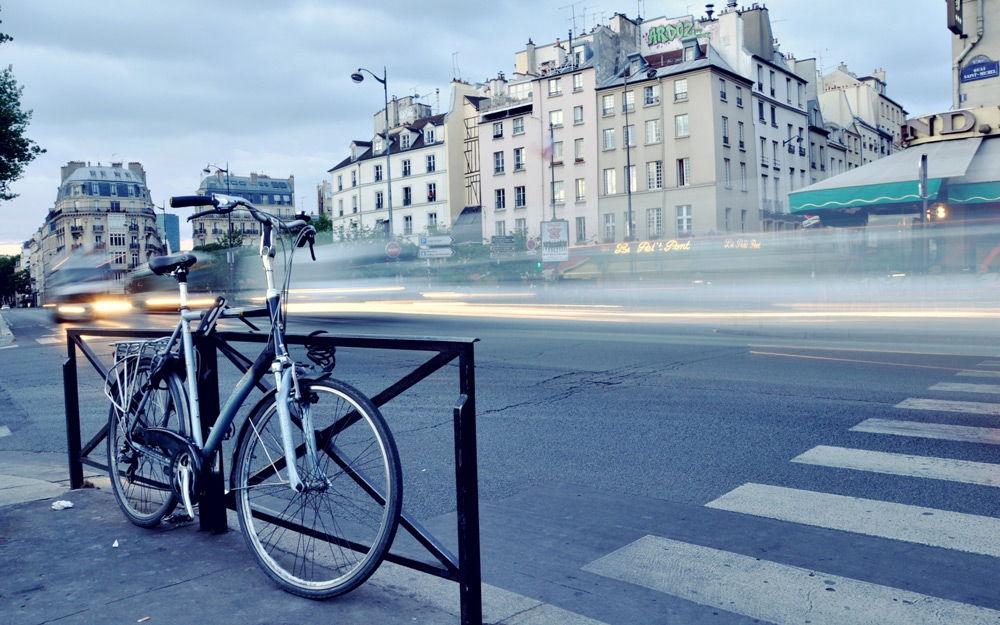 Велосипед стоит рядом с пешеходным переходом