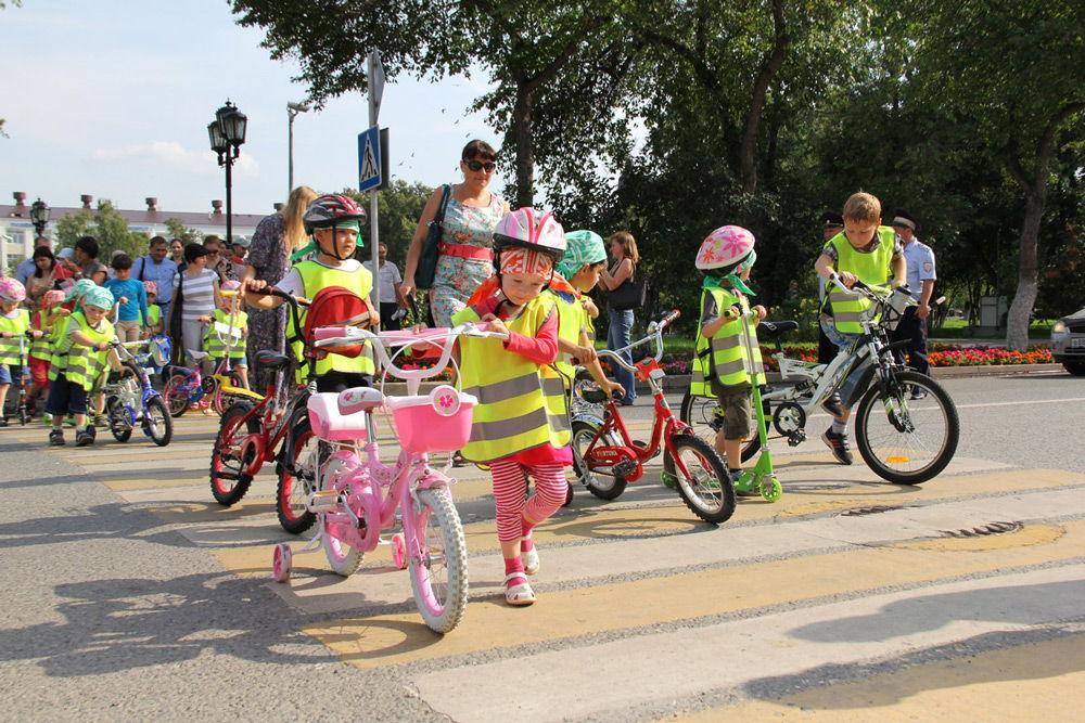 Велосипедисты переходят дорогу