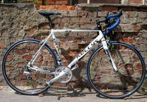 Велосипед у кирпичной стены