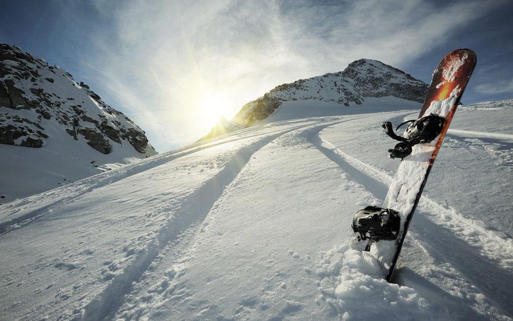 Сноуборд воткнут в снег