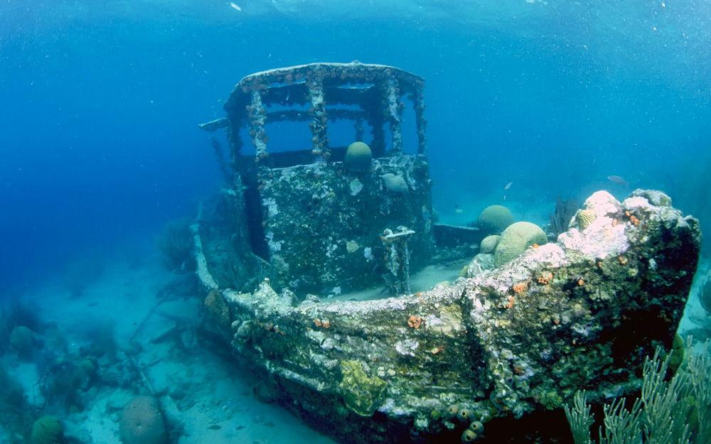 Затонувший корабль под водой