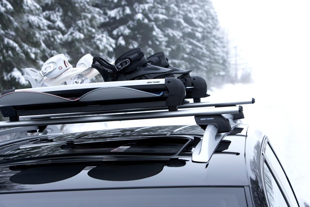 Сноуборд на крыше автомобиля