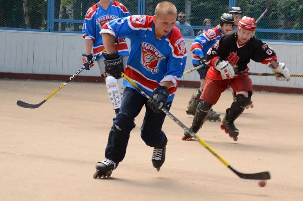 Мужчины играют в хоккей на роликах