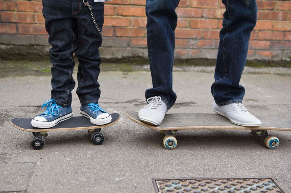 Два человека стоят на скейтбордах