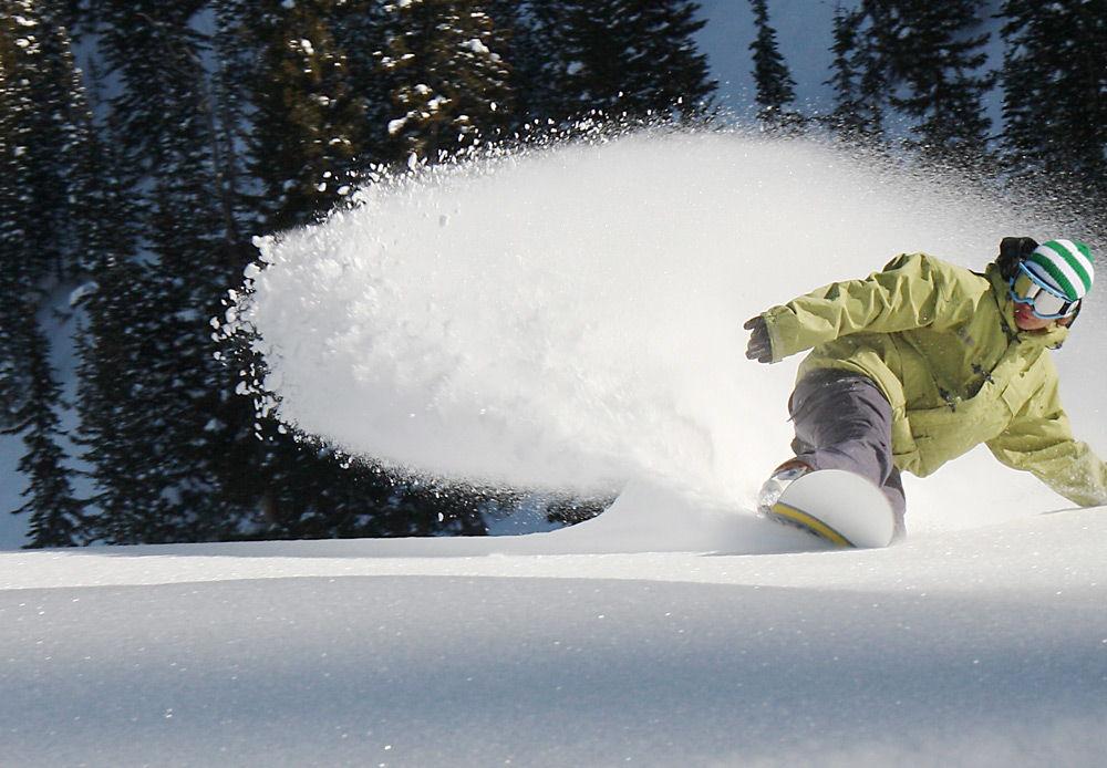 Человек катается на сноуборде