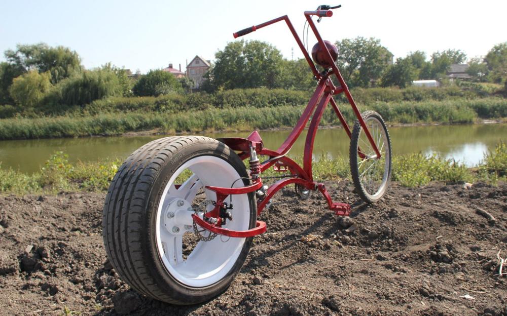 Красный велочоппер у реки