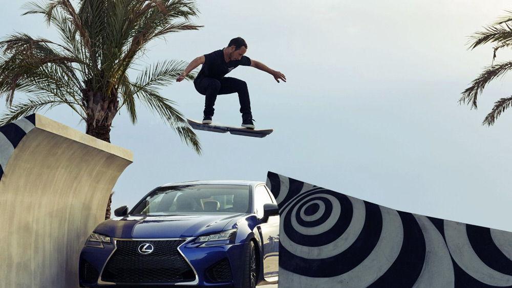 Парень выполняет прыжок на летающем скейтборде от Lexus