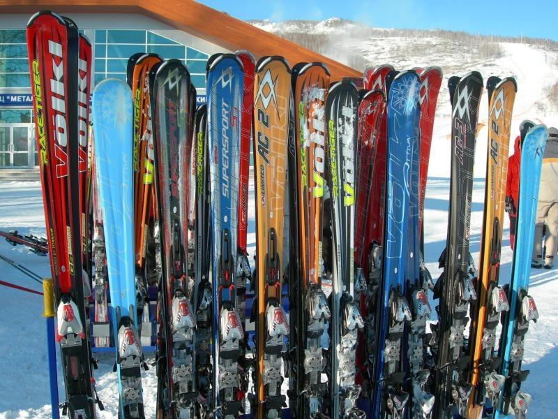 Много лыж на фоне снего