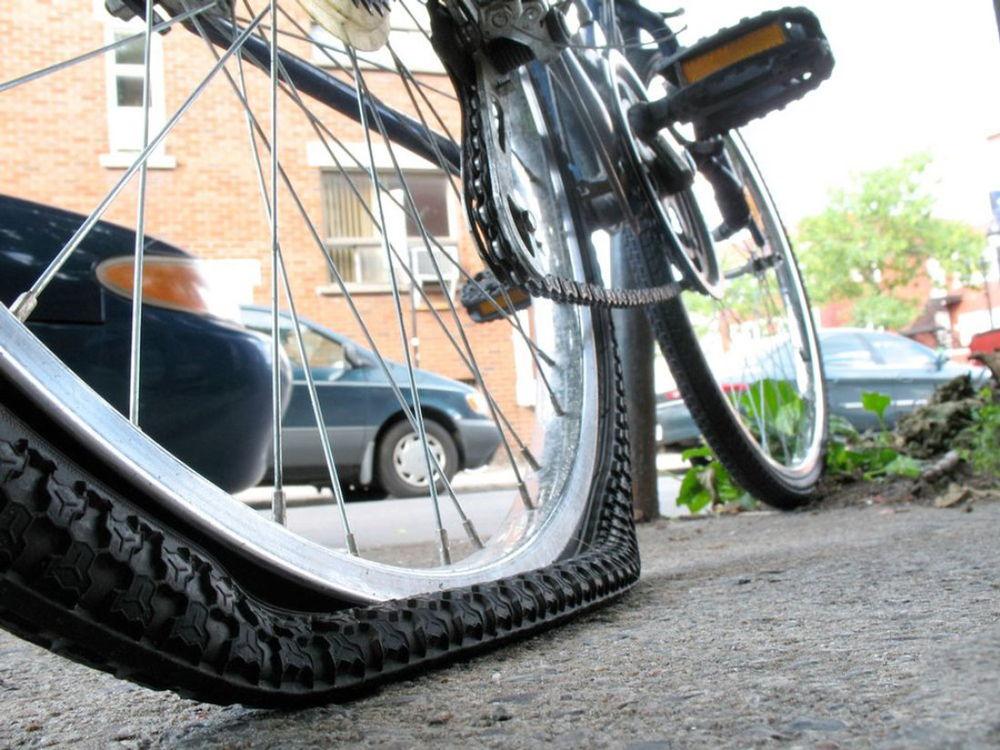 Пробитое колесо на велосипеде
