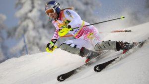 Девушка на горных лыжах
