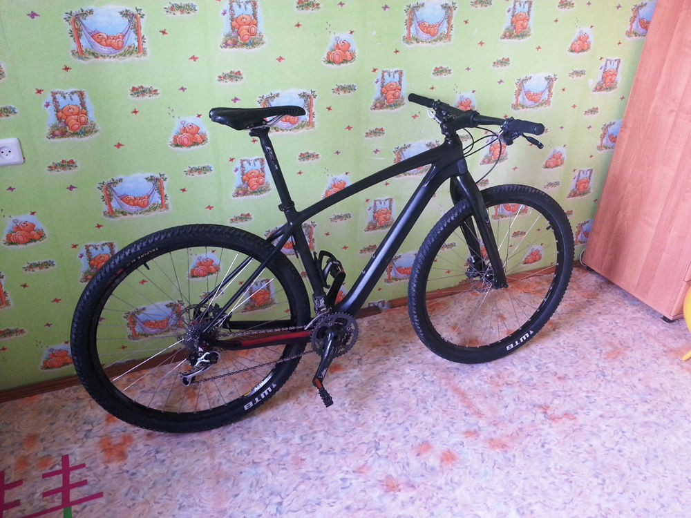 Черный карбоновый велосипед