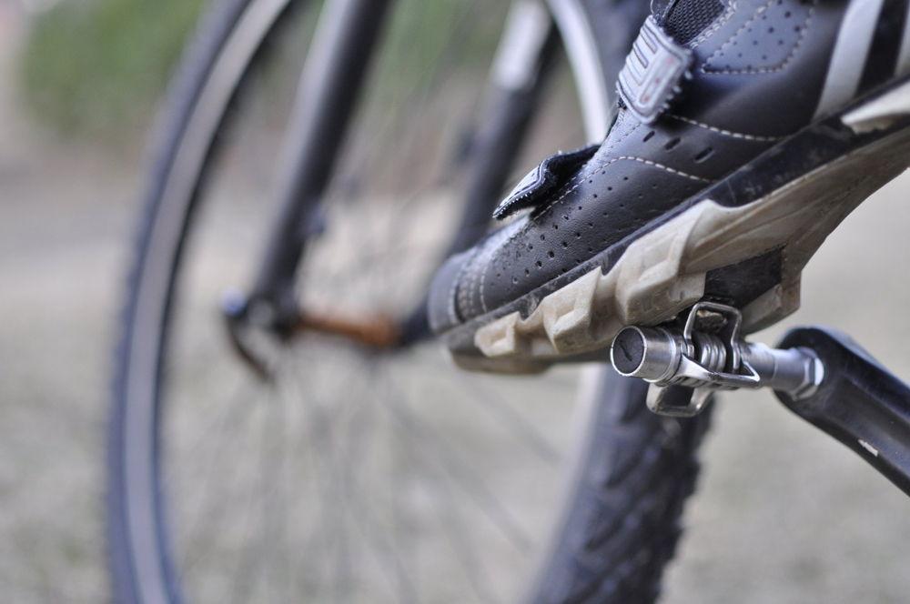 Нога на велосипедной педали