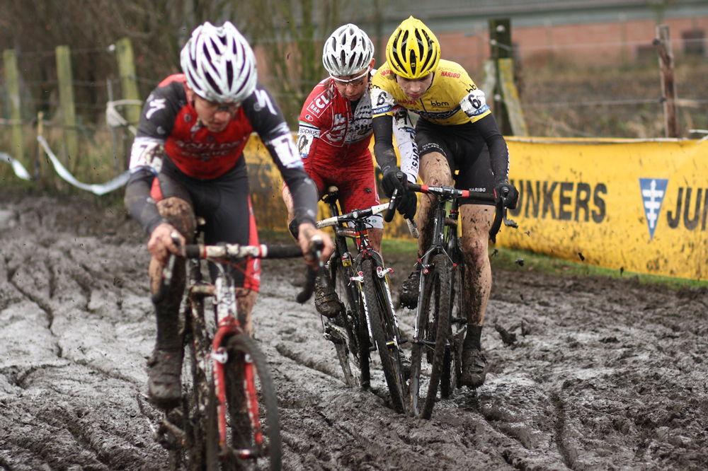 Люди на велосипедах в грязи