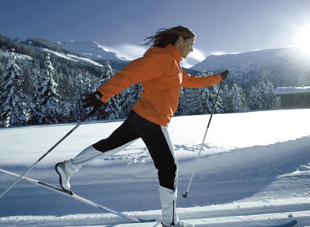 Девушка на беговых лыжах