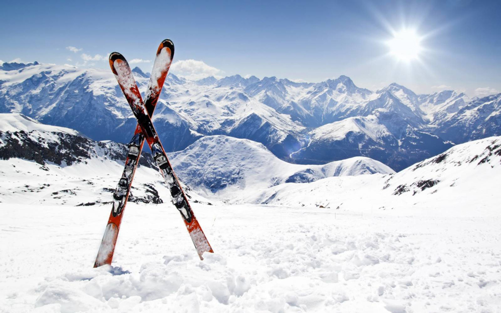 Лыжи воткнуты в снег
