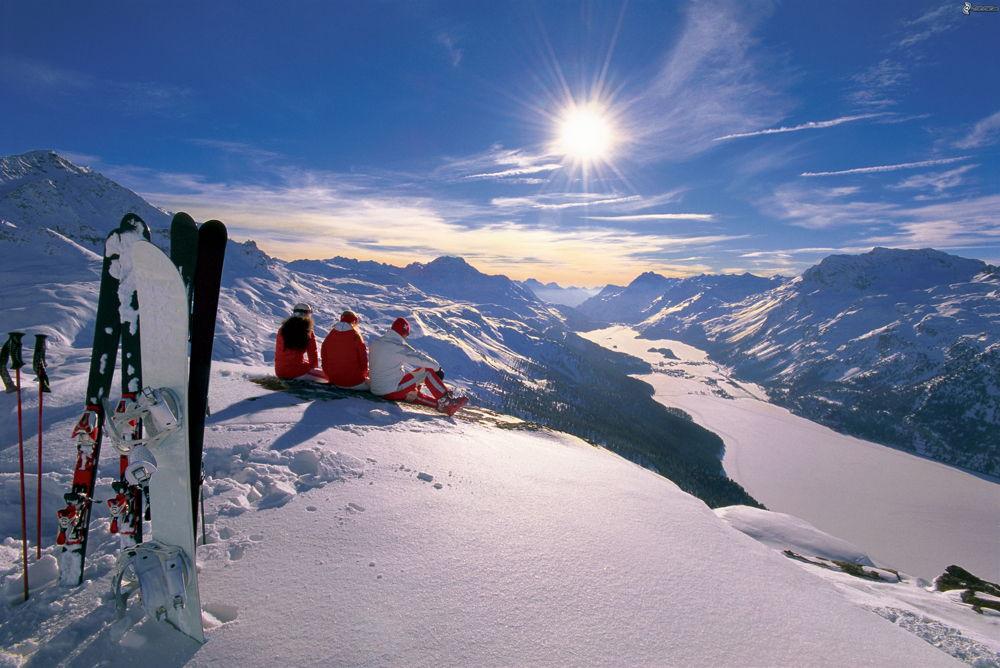 Люди сидят на вершине горы