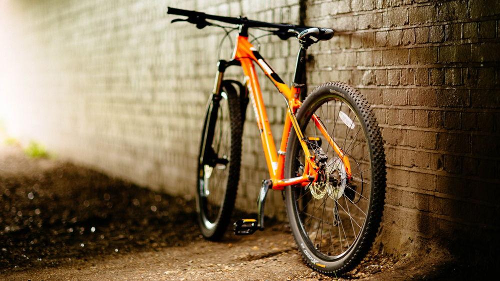 Велосипед стоит около стены