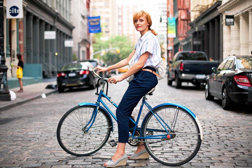 Женщина на велосипеде в городе