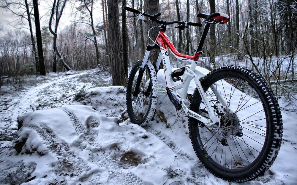 Горный велосипед в снегу