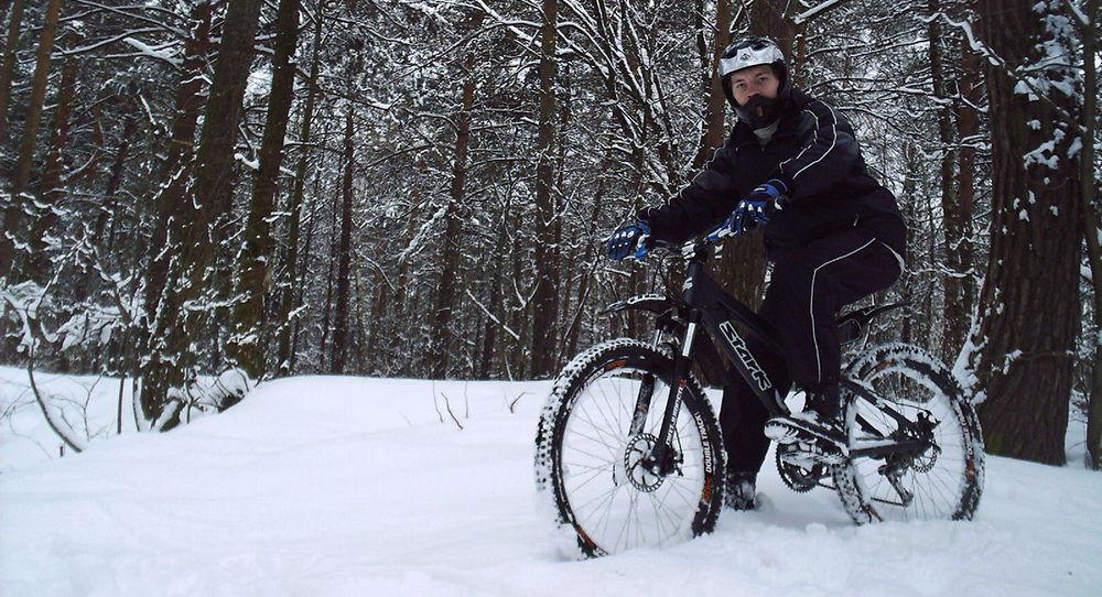 Езда на велосипеде по лесу