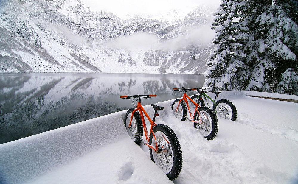 Велосипеды зимой на склоне горы