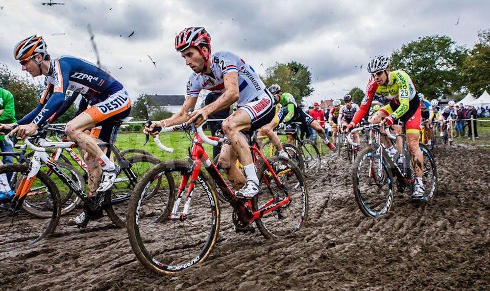 Циклокроссовый велосипед по грязи